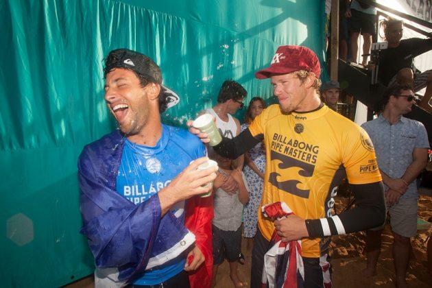 Jeremy Flores e John John Florence, Billabong Pipe Masters 2017, North Shore de Oahu, Havaí. Foto: Steve Sherman.