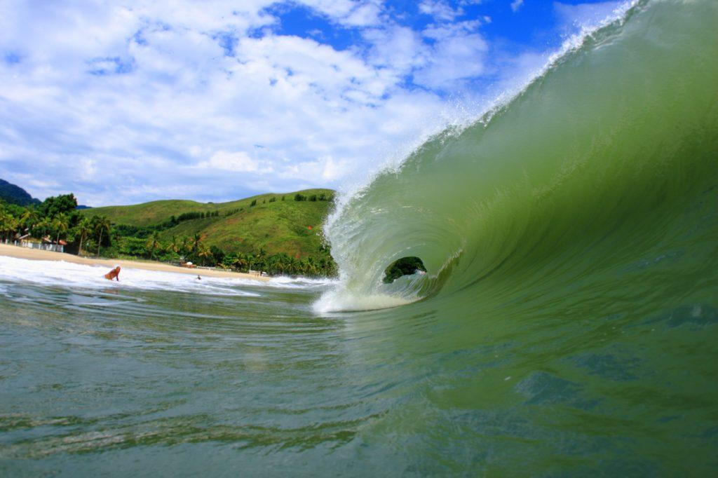 Praia de Paúba recebe competição especial de tubos.