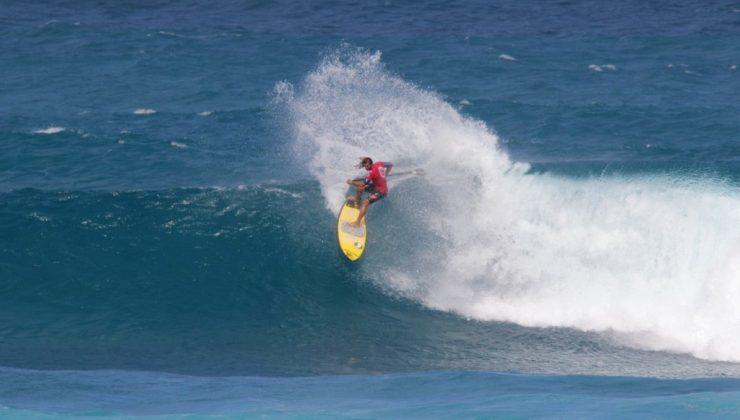 Os SUPs do shaper Pastor nos pés de Caio Vaz chegaram a vários pódios. A categoria se alastrou, mas o bacana é que o SUP tem um mercado mais amplo do que surfe em ondas. Foto: Reprodução.