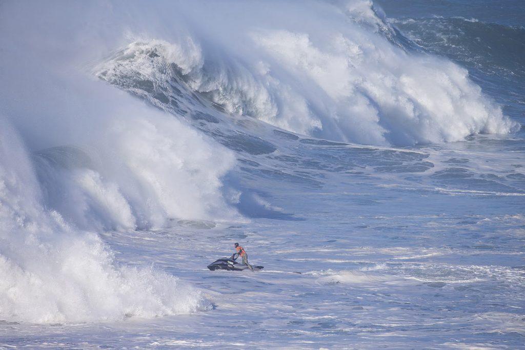 Equipe de resgate tem muito trabalho nas morras portuguesas.