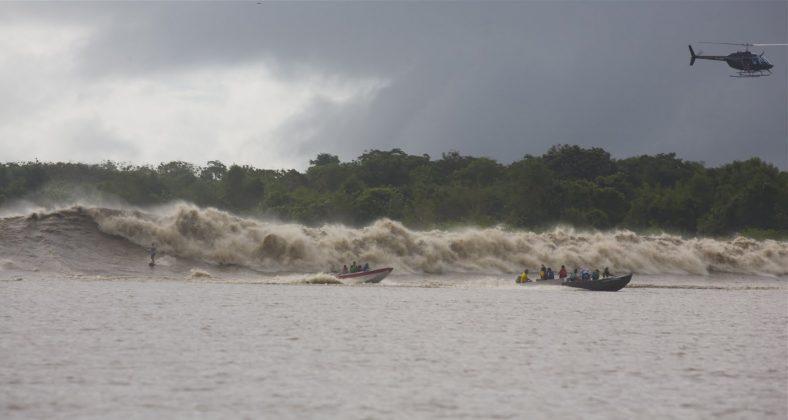 A maior a mais massuda pororoca registrada. Picuruta Salazar. A foto é intensa e dispensa comentários, Pororoca do Rio Araguari (AP). Foto: Toninho Jr..