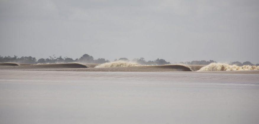 A melhor onda de rio do planeta, Pororoca do Rio Araguari (AP). Foto: Toninho Jr..