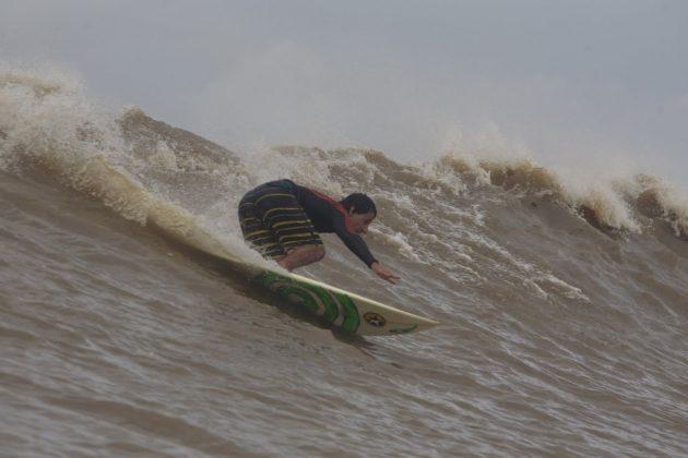 Alberto Alves com estilo, manobra na direita após alcançar o rabo da onda, Pororoca do Rio Araguari (AP). Foto: Toninho Jr..