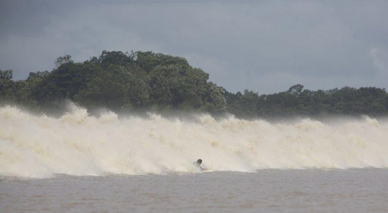 Albertinho ficou se segurando na espuma por uns 10 minutos. Skeet ficou atrás, Pororoca do Rio Araguari (AP). Foto: Toninho Jr..