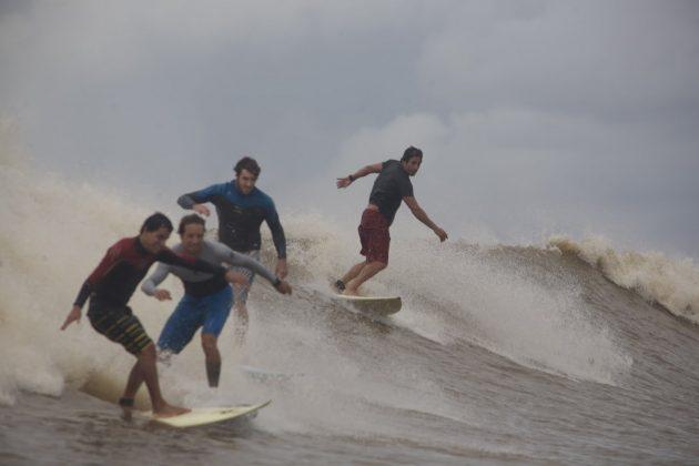 Alberto Alves, Sergio Laus, Skeet e Bruno Alves, a 45km da foz, na mesma onda iniciada pelo Alberto e depois pelo Laus, 25 minutos antes, Pororoca do Rio Araguari (AP). Foto: Toninho Jr..