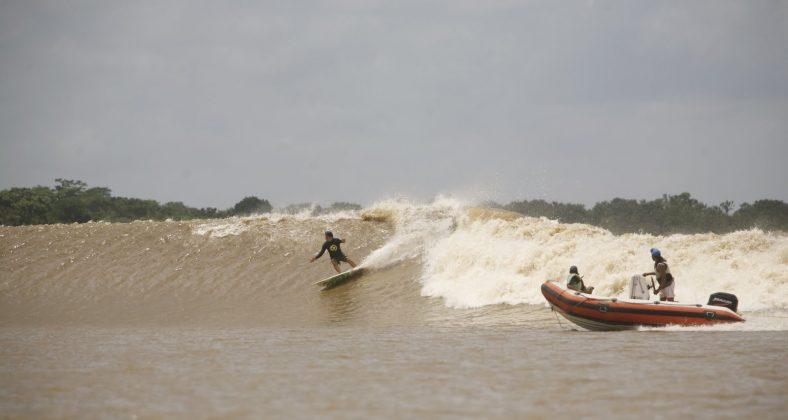 Alberto Alves com muito estilo e fluidez correndo uma direita alucinante, Pororoca do Rio Araguari (AP). Foto: Toninho Jr..