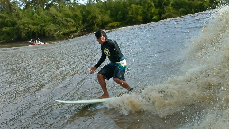 Alberto Alves fotografado por Nil Faria, Pororoca do Rio Araguari (AP). Foto: Arquivo pessoal.