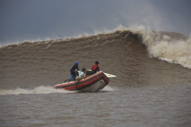 Alberto Alves se preparando para pular a mais de 20 km/h, Pororoca do Rio Araguari (AP). Foto: Toninho Jr..