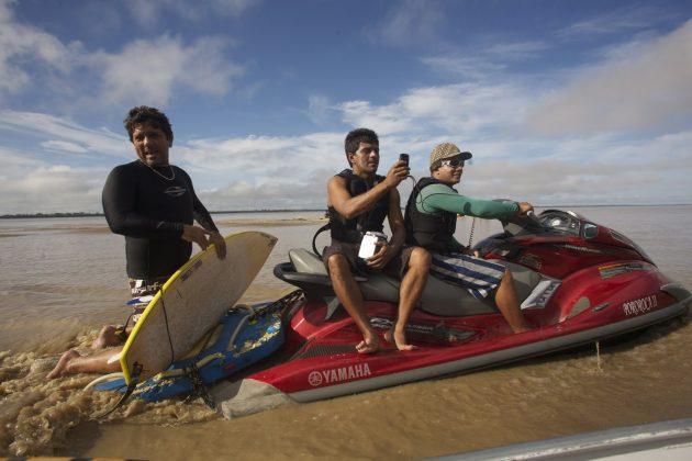 Armando Diniz, Nil Faria e Toninho juntos a nós. próximos da foz, Pororoca do Rio Araguari (AP). Foto: Bruno_Alves.