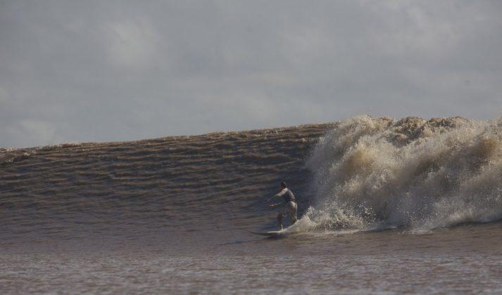 Australiano numa boa direita, Pororoca do Rio Araguari (AP). Foto: Bruno_Alves.