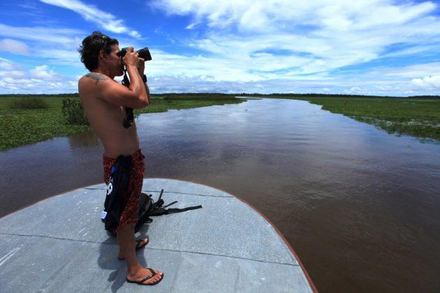 Bruno Alves a caminho dio Araguari, Pororoca do Rio Araguari (AP). Foto: Alberto Alves.
