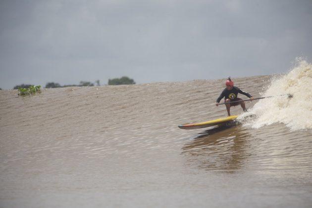 Bruno Alves de Stand up, Pororoca do Rio Araguari (AP). Foto: Toninho Jr..
