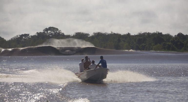 Cenário no rio Araguari, com lanche de uns aussies contemplando a majestade da Pororoca, Pororoca do Rio Araguari (AP). Foto: Bruno_Alves.