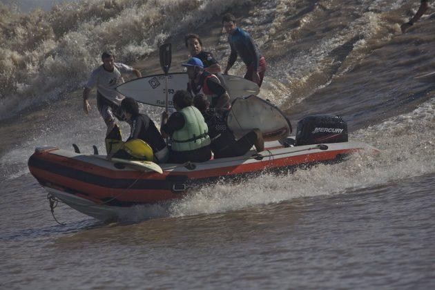 Confusão generalizada observada por dois australianos surfando ao fundo, Pororoca do Rio Araguari (AP). Foto: Bruno_Alves.