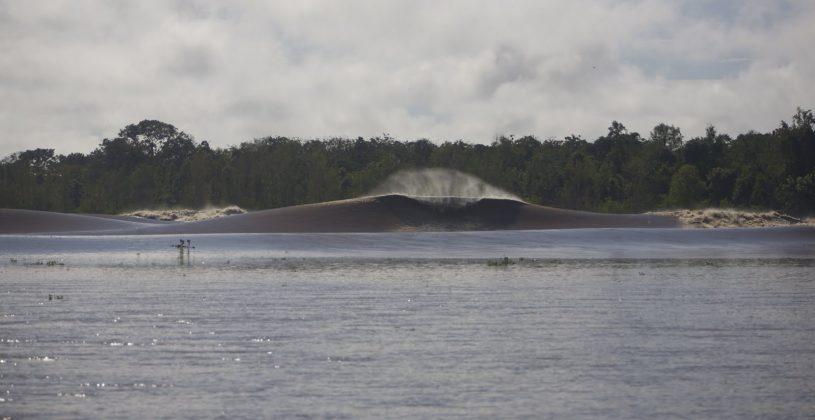 Depois da conexão, todos foram engolidos e picos fantásticos começaram a abrir sem ninguém, após quase uma hora de onda e a uns 23 km da foz, Pororoca do Rio Araguari (AP). Foto: Bruno_Alves.
