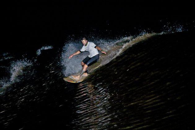 Depois de muita adrenalina, Sergio Laus consegue pegar a onda à noite iluminado pelo holofote do nosso barco, Pororoca do Rio Araguari (AP). Foto: Bruno_Alves.