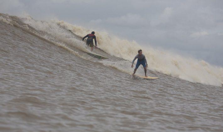 Depois de uns 15 minutos de onda, acordo de cavalheiros, vamos trocar de posição. Serginho Laus e Alberto Alves, Pororoca do Rio Araguari (AP). Foto: Bruno_Alves.