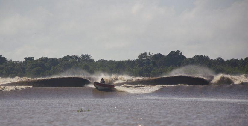E continuar fugindo, enquanto os tubos arremessavam, formando buracos para colocar uma Kombi dentro, e o incrível foi que ninguém pegou essa seção, Pororoca do Rio Araguari (AP). Foto: Bruno_Alves.