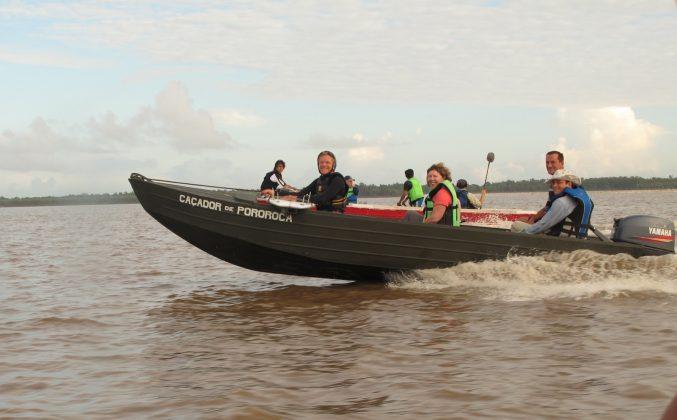 Equipe de filmagem australiana com Gary Linden à frente, Pororoca do Rio Araguari (AP). Foto: Toninho Jr..