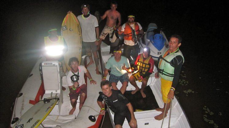 Galera preparada para o surf pioneiro à noite na Pororoca, Pororoca do Rio Araguari (AP). Foto: Bruno_Alves.