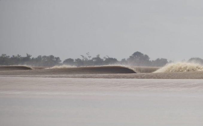 Kirra de barro, Pororoca do Rio Araguari (AP). Foto: Toninho Jr..