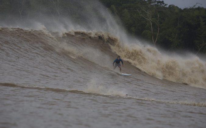 Muita energia, velocidade e tensão nessa direita de Skeet, que depois foi engolido e resgatado um bom tempo depois, Pororoca do Rio Araguari (AP). Foto: Toninho Jr..