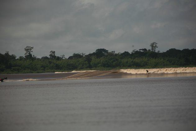 Nil Faria correndo ao largo, Pororoca do Rio Araguari (AP). Foto: Toninho Jr..