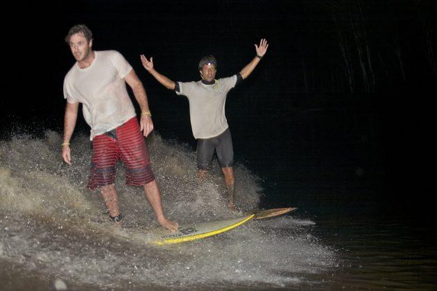 No final, depois de uns 10 minutos na onda, Skeet e Laus comemoram o feito, Pororoca do Rio Araguari (AP). Foto: Bruno_Alves.