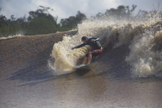 Skeet já entra arrepiando em sua segunda onda depois de quabrar a prancha em dois, Pororoca do Rio Araguari (AP). Foto: Bruno_Alves.