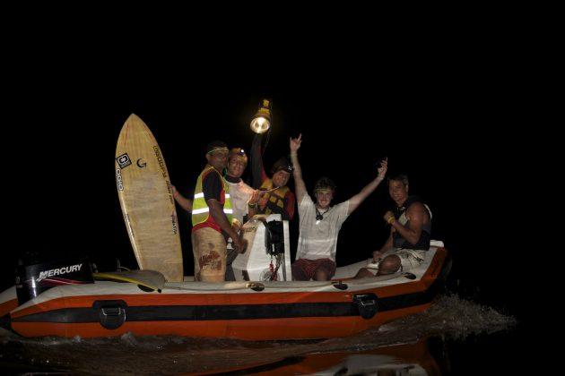 O barco saindo para o surf na escuridão. Piloto Zeca, Sergio Laus, Alberto com o Holofote, Skeet e o Major Hilley, Pororoca do Rio Araguari (AP). Foto: Bruno_Alves.