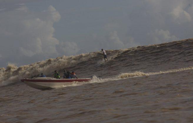 Picuruta Salazar na morra de esquerda, que depois conectou para a direita, Pororoca do Rio Araguari (AP). Foto: Bruno_Alves.
