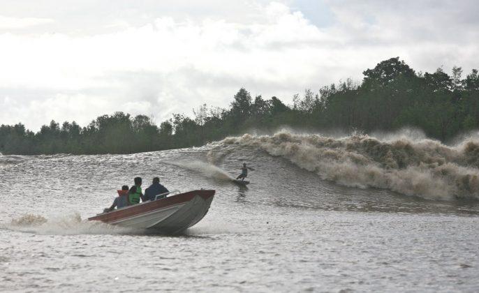 Picuruta Salazar num bowl que se formou a partir de uma esquerda que se chocou com a margem do rio e abriu uma esquerda. O Gato conseguiu fazer toda conexão, Pororoca do Rio Araguari (AP). Foto: Toninho Jr..