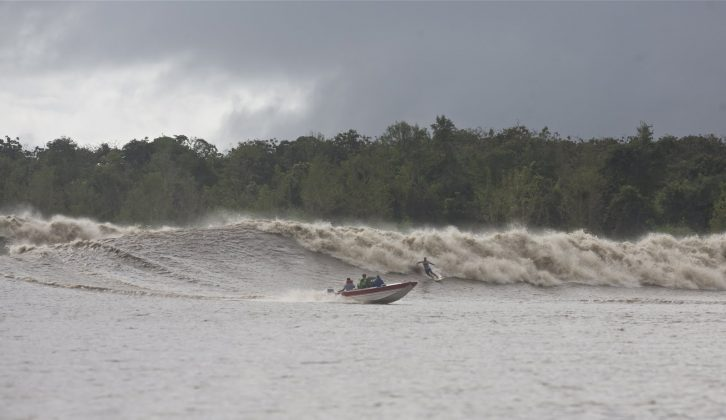 Picuruta Salazar, Pororoca do Rio Araguari (AP). Foto: Toninho Jr..