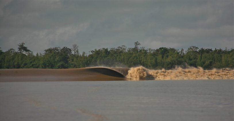 Potência na parte rasa do rio, Pororoca do Rio Araguari (AP). Foto: Toninho Jr..