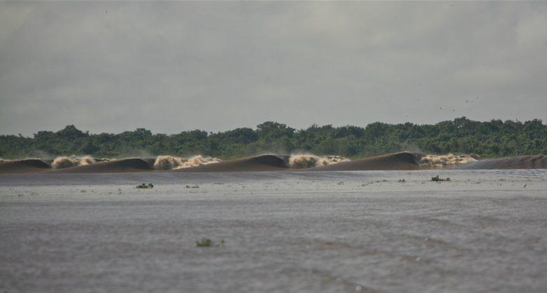 Que parece fácil de surfar, mas com meio metro de profundidade, e com todas essas espumas seguindo direto para uma ilha com floresta, não convidava ninguém a cair, Pororoca do Rio Araguari (AP). Foto: Bruno_Alves.