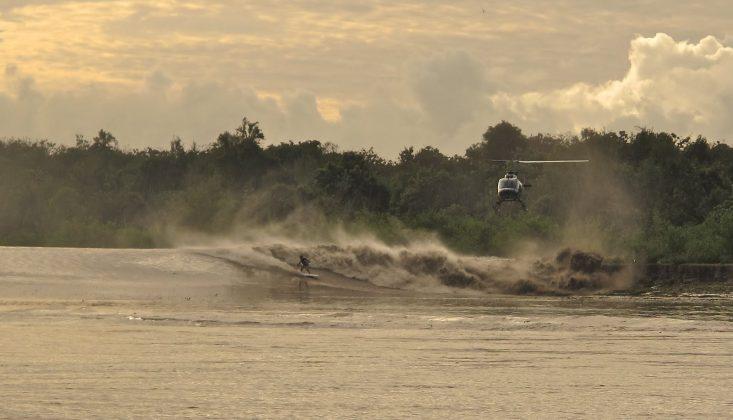 Ross Clark Jones estolando para uma seção de tubos junto ao barranco de uma fazenda de Bufalos, acompanhado de um helicóptero com a equipe australiana, Pororoca do Rio Araguari (AP). Foto: Toninho Jr..