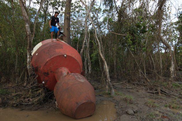 Serginho Laus em cima de uma boia oceânica levada para dentro da selva, Pororoca do Rio Araguari (AP). Foto: Alberto Alves.
