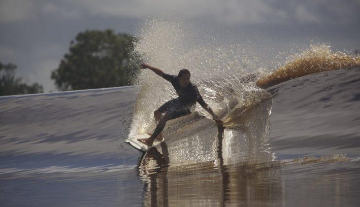 Serginho Laus numa seção glass e de água limpa, a uma hora da foz, Pororoca do Rio Araguari (AP). Foto: Bruno_Alves.