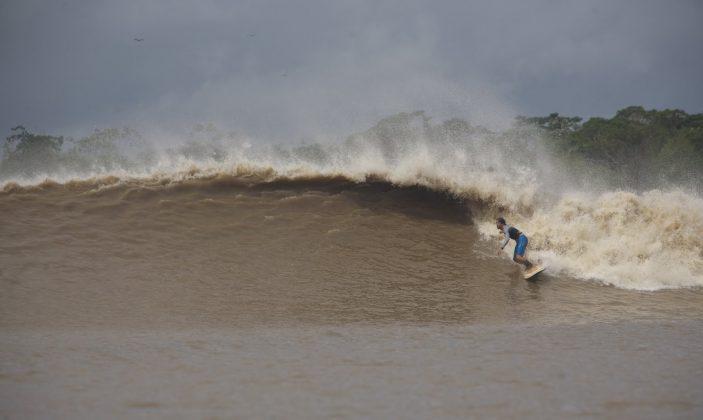 Serginho Laus, o homem e a sua onda, Pororoca do Rio Araguari (AP). Foto: Toninho Jr..