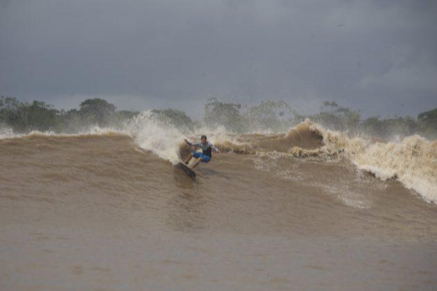Serginho Laus rasgando numa boa direira bem longe da foz, Pororoca do Rio Araguari (AP). Foto: Toninho Jr..