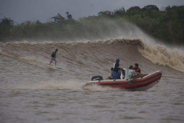 Skeet Dehmam entrando numa boa direita sob os olhares atentos do piloto Zequinha, Pororoca do Rio Araguari (AP). Foto: Bruno_Alves.