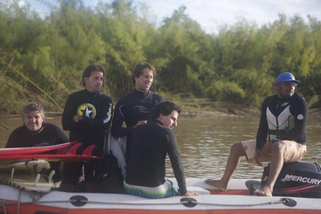 Tensão na espera da Pororoca. Da esquerda para a direita: Saulo Martins, Bruno Alves, Serginho Laus, Alberto Alves e o nosso piloto Zeca, Pororoca do Rio Araguari (AP). Foto: Toninho Jr..