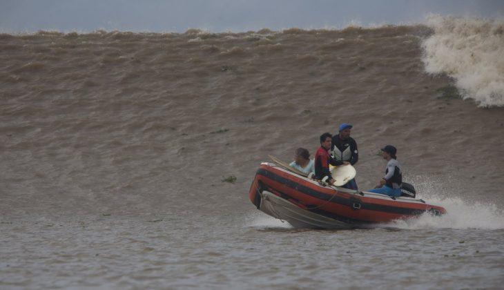 Uma morra correndo a toda velocidade no encalço do nosso barco, Pororoca do Rio Araguari (AP). Foto: Toninho Jr..