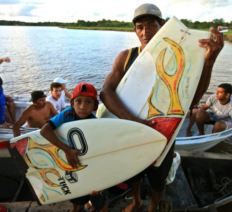 Prancha de Skeet dada aos ribeirinhos, Pororoca do Rio Araguari (AP). Foto: Skeet.