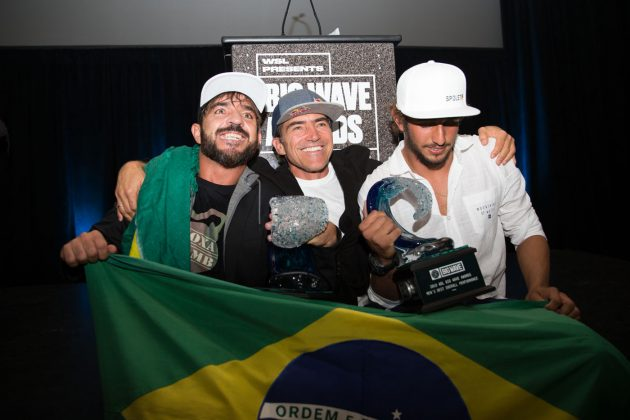 Rodrigo Koxa, Carlos Burle e Lucas Chianca, WSL Big Wave Awards 2018. Foto: © WSL / Van Kirk.
