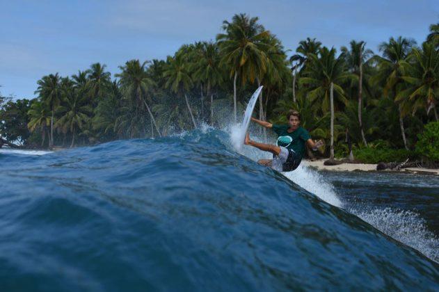João Vitor, Ilhas Mentawai, Indonésia. Foto: Osmar Rezende Filho.