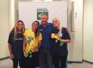 Tainá Hinckel, Silvana Lima e Tatiana Weston-Webb com Adalvo Argolo, presidente da CBSurf