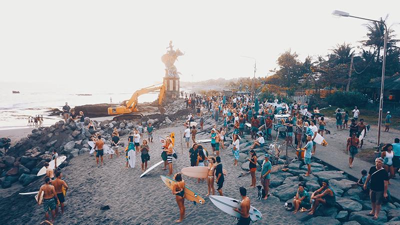 Protesto em Bali reúne surfistas e moradores de Perenenan Beach.