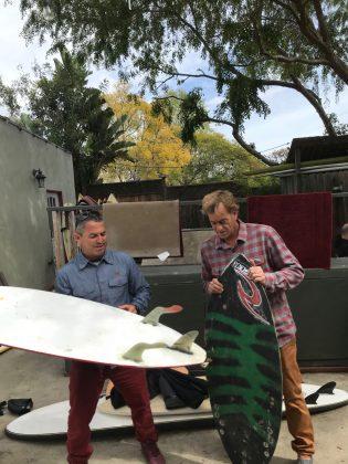 Fabio Gouveia e Tom Curren discutindo sobre as S-Wings fins, Califórnia (EUA). Foto: Arquivo pessoal.
