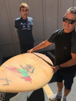 Gouveia admirando relíquia da Xanadu Surboards, Califórnia (EUA). Foto: Arquivo pessoal Fabio Gouveia.
